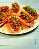 与烤菜和hummus的长方形宝石 免版税库存图片