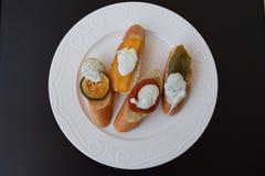 与烤菜的家制面包 免版税库存照片