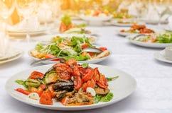 与烤菜的沙拉在餐馆 免版税图库摄影