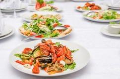 与烤菜的沙拉在餐馆 免版税库存图片