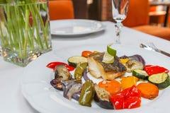 与烤菜的油煎的鳕鱼 免版税库存图片