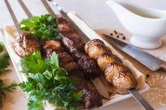 与烤菜的烤肉串在盘 免版税库存图片