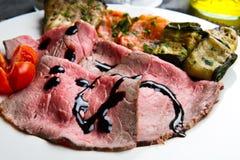 与烤菜的Roastbeef 图库摄影