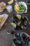 与烤面包片和鲜美调味汁的煮熟的可口黑淡菜 健康吃概念,蛋白质食物 库存照片