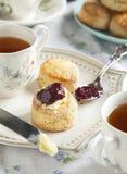 与烤饼的茶时间 免版税库存图片