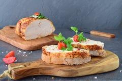 与烤鸡乳房的三明治在一个橄榄色的木切板 概念吃健康 节食 库存照片