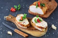 与烤鸡乳房的三明治在一个橄榄色的木切板 概念吃健康 节食 免版税库存照片