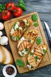 与烤鸡内圆角, ricott的意大利开胃小菜bruschetta 免版税库存照片