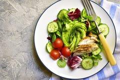 与烤鸡的新鲜的蔬菜沙拉 与拷贝空间的顶视图 库存图片