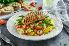 与烤鸡的蒸丸子在白色板材的沙拉和芦笋 健康的食物 免版税库存照片
