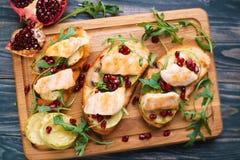 与烤鸡的鲜美自创意大利开胃小菜bruschetta 图库摄影