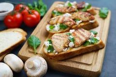 与烤鸡,乳清干酪的鲜美意大利开胃小菜bruschetta 免版税库存图片