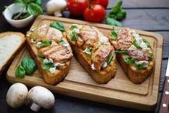 与烤鸡, r的传统意大利开胃小菜bruschetta 库存图片