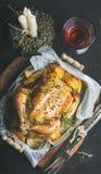 与烤整鸡、装饰蜡烛和酒的圣诞晚餐 免版税库存照片