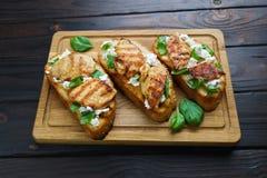 与烤chicke的鲜美自创意大利开胃小菜bruschettas 库存照片