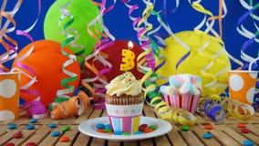 与烧在土气木桌上的蜡烛的生日3杯形蛋糕 免版税库存照片