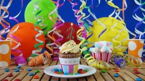 与烧在土气木桌上的蜡烛的生日2杯形蛋糕 免版税库存照片
