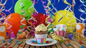与烧在土气木桌上的蜡烛的生日7杯形蛋糕 免版税库存图片