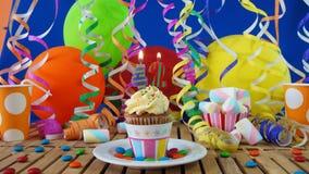 与烧在土气木桌上的蜡烛的生日42杯形蛋糕 库存图片