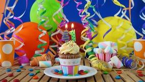 与烧在土气木桌上的蜡烛的生日41杯形蛋糕 库存图片