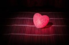 与烧在黑暗的背景、选择聚焦或者爱贺卡的甜点的情人节构成多彩多姿的心脏他 免版税库存图片