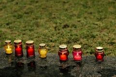 与烧在marbl的市中心的光的许多五颜六色的蜡烛 库存图片