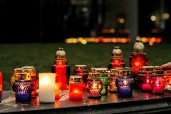 与烧在marbl的市中心的光的许多五颜六色的蜡烛 免版税库存图片
