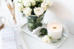 与烧手工制造蜡烛和bouq的绝尘室内部装饰 库存照片