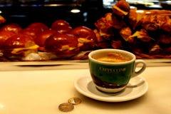 与热奶咖啡的早餐 免版税库存图片