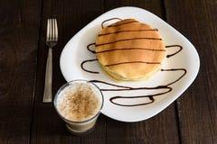 与热奶咖啡的薄煎饼 免版税库存照片