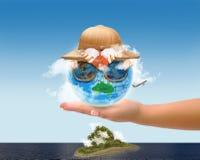 与热带帽子和Sunglassess的地球 免版税图库摄影