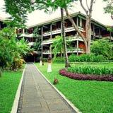 与热带庭院的豪华旅馆手段在巴厘岛,印度尼西亚 免版税库存照片