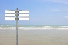与热带海和海滩的警报信号空白 库存图片