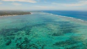 与热带海岛、海滩、岩石和波浪的海景 Siargao,菲律宾 免版税库存图片