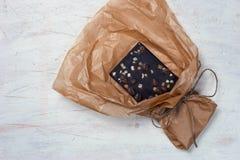 与热心的巧克力和在羊皮纸的咖啡豆在白色t 免版税库存图片