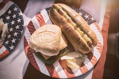 与热狗和汉堡的美国午餐 库存照片