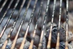 与热的煤炭的烤肉格床制煤砖在它下 免版税库存图片