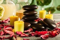 与热的石头和蜡烛的温泉静物画 免版税库存照片
