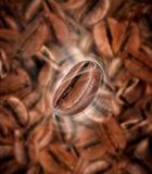 与热的蒸汽的咖啡豆 免版税库存照片
