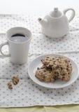 与热的coffe的软的曲奇饼在早晨 库存图片