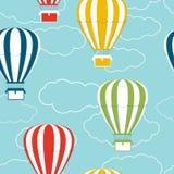 与热空气气球和云彩的无缝的样式 图库摄影
