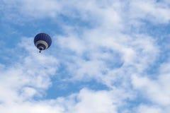 与热空气气球的天空背景 库存照片