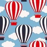 与热空气气球的无缝的样式 库存图片
