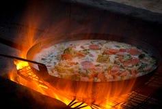 与烹调平底锅的火焰 图库摄影