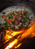 与烹调平底锅的火焰 免版税库存图片