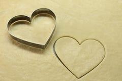 与烹调形状心脏顶视图的食物心脏 浪漫概念 情人节符号 红色的重点 浪漫烹调和装饰 免版税图库摄影