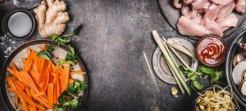 与烹调成份,顶视图,文本的,框架地方的各种各样的亚洲烹调的亚洲食物背景 库存图片