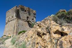 与烽火台的石历史的塔在岩石 图库摄影