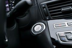 与焦点的汽车仪表板在引擎开始停止按钮,与焦点的现代carCar仪表板在引擎开始停止按钮,现代汽车我 库存图片