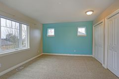 与焦点的轻的空的室内部在明亮的蓝色墙壁上 免版税图库摄影
